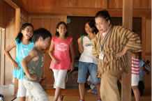 오키나와 향토마을에서 즐기는 「옛 오키나와 생활 체험」